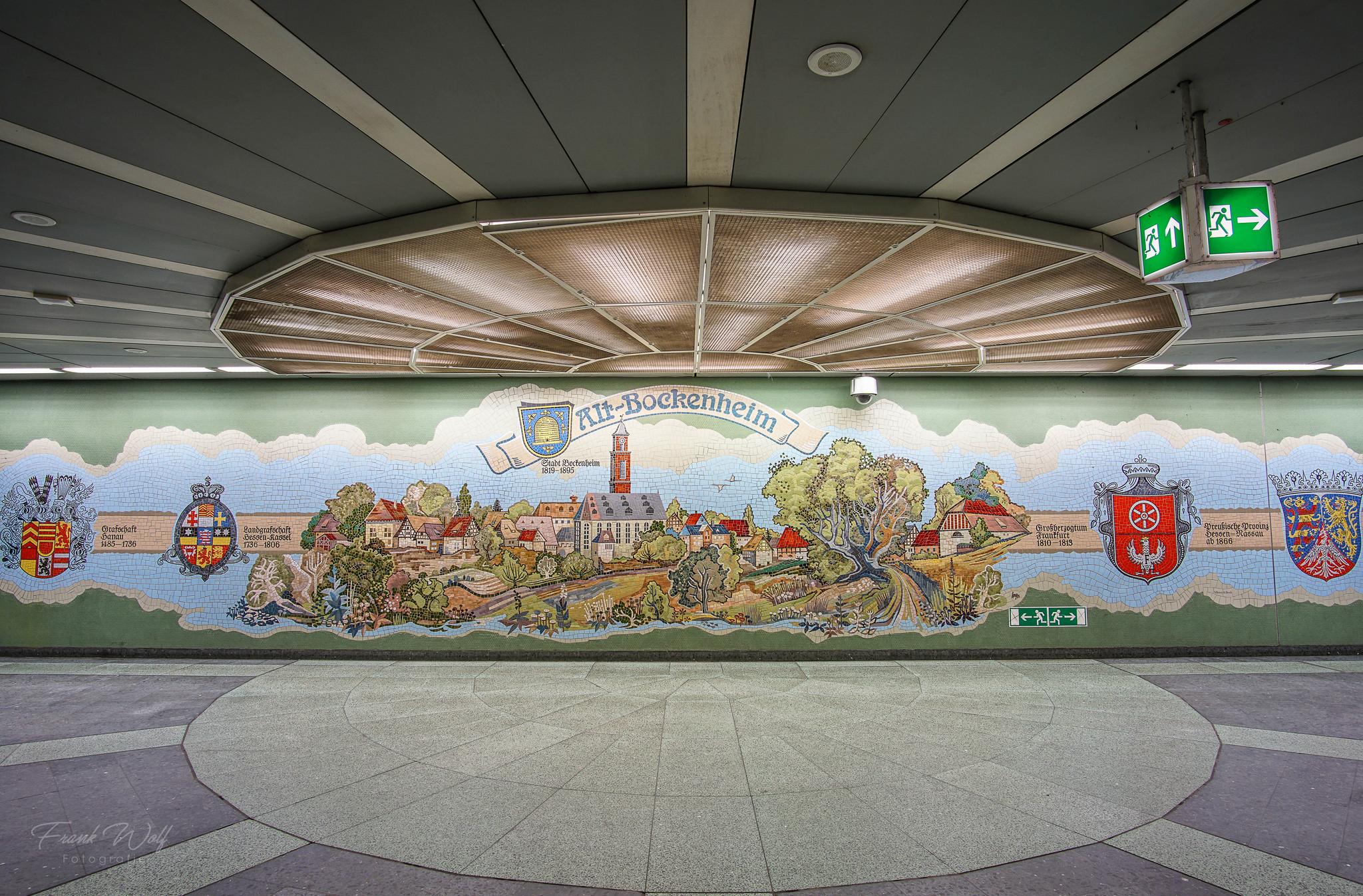 Das Mosaik in der B-Ebene der Station Kirchplatz in Bockenheim stammt aus der Manufaktur von Villeroy und Boch. Grafiker: Werner Lang