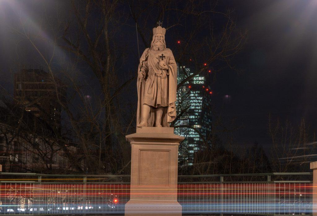 """Karl der Große Statue - """"Vater Europas"""" blickt auf die Bankenskyline"""