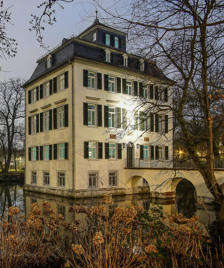 Das Holzhausenschlösschen ist ein barockes Wasserschloss, 1729 von der Frankfurter Patrizierfamilie Holzhausen auf einem ihr gehörenden Gutshof im Frankfurter Stadtteil Nordend errichtet. Es ist an drei Seiten vom Holzhausenpark umgeben
